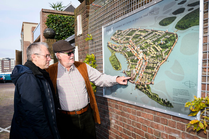 Per Bos en zijn vader Piet Bos, bij de achtertuin van de Korenbeurs waar de muurplaat met de oude stadsmuur is aangebracht.
