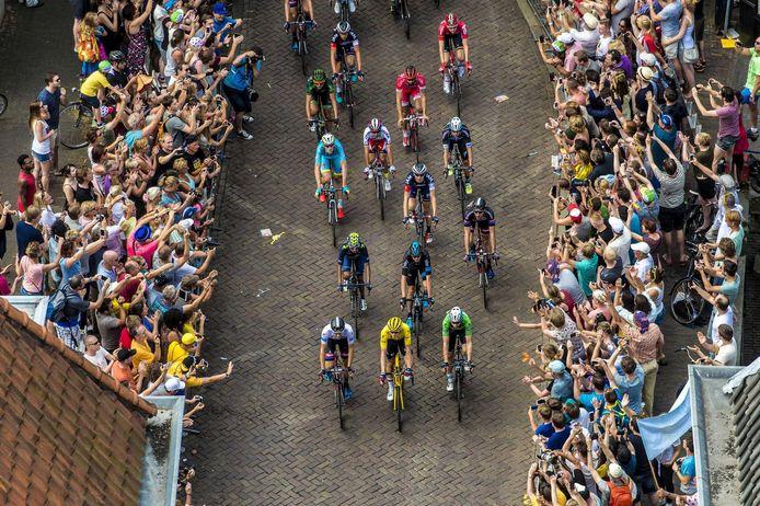 Het peloton van de Tour de France rijdt in 2015 door de Zadelstraat in Utrecht.
