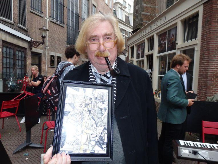 Kunstenaar Rien Verschuur vertelt graag aan toeristen dat hij de achter-, achter-, achterkleinzoon is van Vincent van Gogh, en die geloven dat gewillig. Beeld Schuim