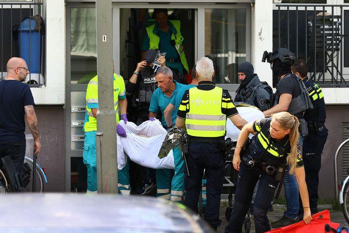 Agenten zagen zich genoodzaakt de man neer te schieten. De Syriër werd naar het ziekenhuis overgebracht waar hij overleed.