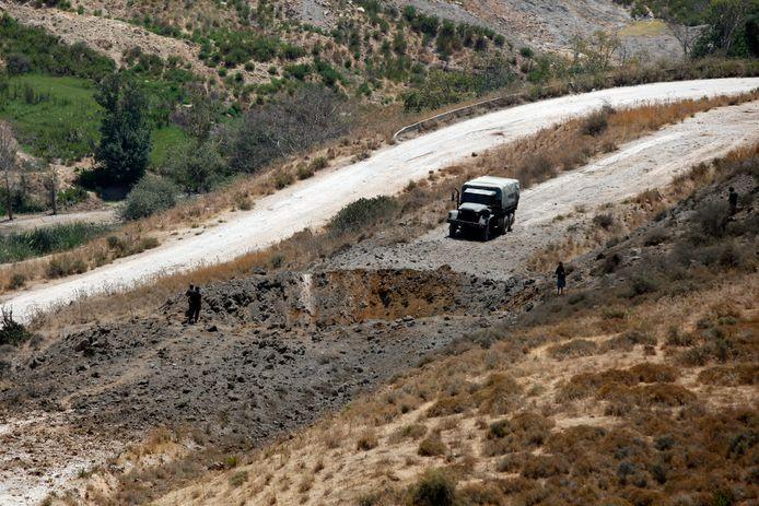 Libanese soldaten bij een krater veroorzaakt door een Israëlische luchtaanval vandaag in Dimashqiya.
