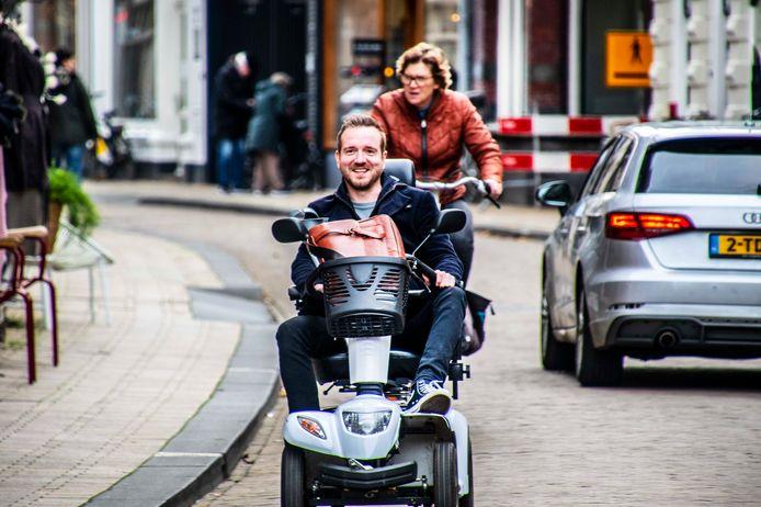 Het mooie van het scootmobiel-leven: je bent opeens lid van een club. Knikken naar andere rijders, elkaars scootmobiel en handicap monsteren.