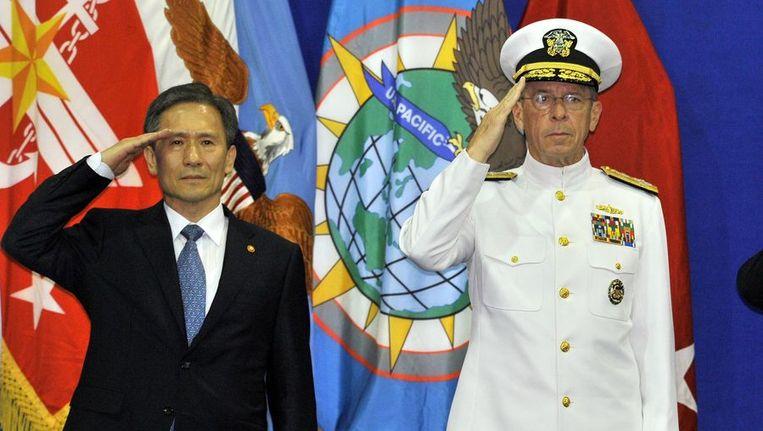Kim Kwan-jin (links) vorige maand bij de overdracht van het bevel over de Amerikaanse troepen in Zuid-Korea. Beeld afp