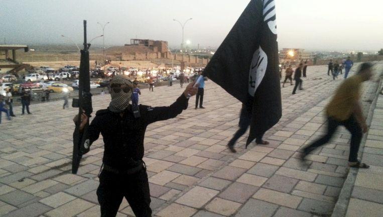 Een strijder zwaait met de IS-vlag in het Iraakse Mosoel. André Vandoren: