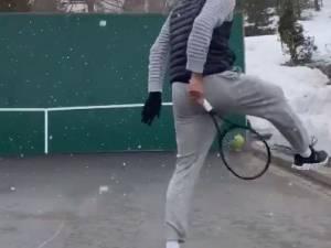 Confiné chez lui, Roger Federer s'entraîne... sous la neige
