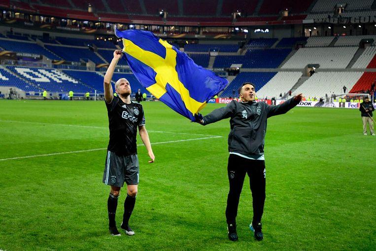 Davy Klaassen en Abdelhak Nouri van Ajax zwaaien na afloop van de halve finale in Lyon met de Zweedse vlag: Ajax gaat naar de finale van de Europa League! Beeld ANP