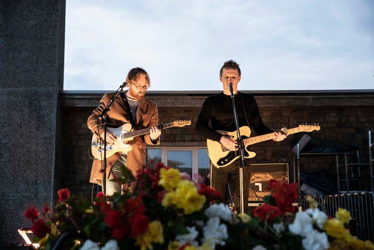 Met Zinger brengt Pieter Deknudt, de bedenker van Reveil, een toepasselijke song op het kerkhof van Waterschei.