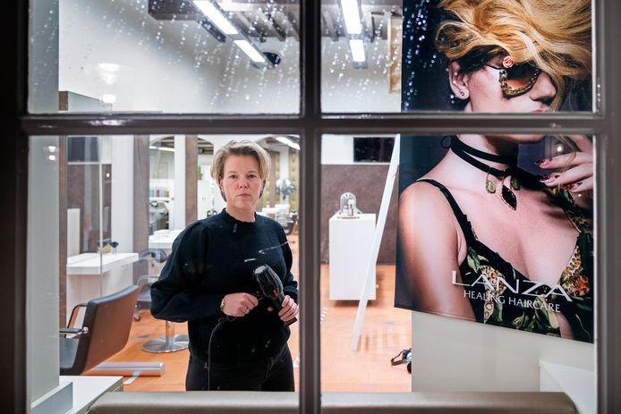 Geen klanten, toch de lichten aan. Lara Timmermans van Kapsalon Lara in de vesting Heusden doet mee aan de landelijke actie van de kappersbranche.