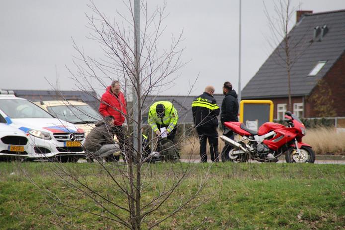 De motorrijder is met spoed naar het ziekenhuis gebracht.