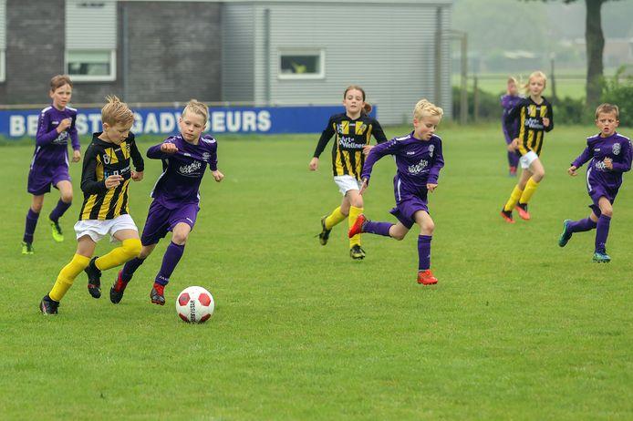 Eindelijk kon de voetballende jeugd weer aantreden voor een echte wedstrijd. Zo ook De Valk en KSC. Ze gingen er vol voor.