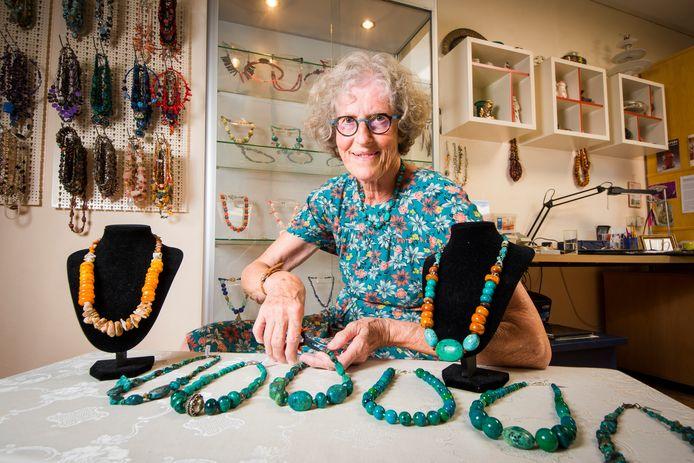 De Haaksbergse kunstenares Tjitske Zijlstra staat volgende week zaterdag met haar sieradenlijn Anazazi Jewels op de kunstmarkt in het centrum van haar eigen dorp.