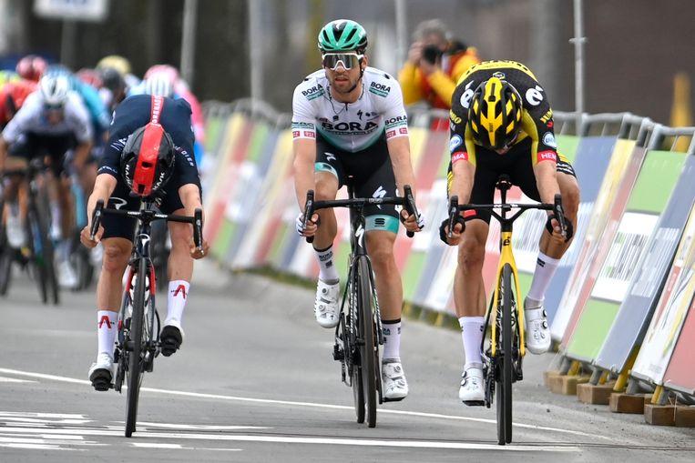 Tom Pidcock, Maximilian Schachmann en Wout van Aert sprinten om de zege in Valkenburg. Ook op het frontale beeld is de winnaar niet te zien. Beeld BELGA