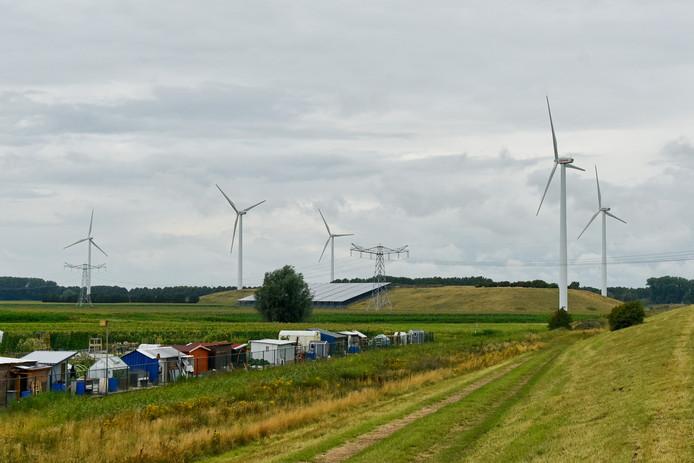 Het huidige Ecopark in Waalwijk met vijf windmolens. De plannen voor nieuwe windturbines stuiten op verzet.