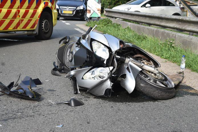 De kapotte motor na het ongeluk in Poederoijen.