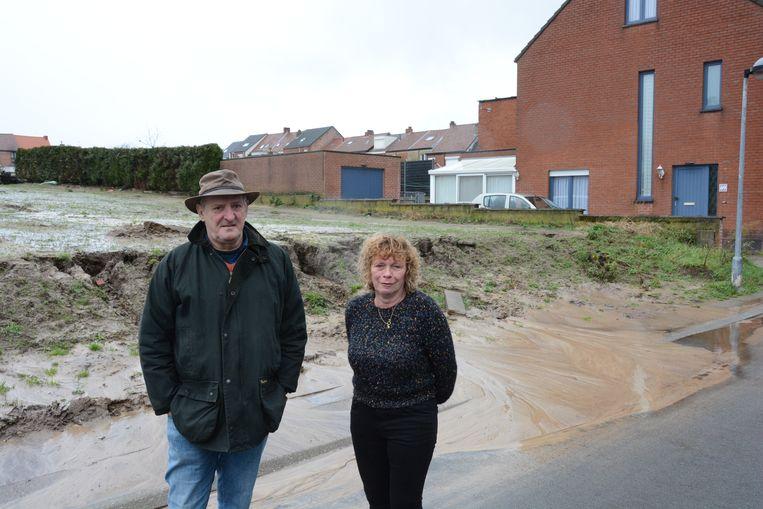 Garry Pieters en Doris Meyvis bij de afkalvende grond in de Polderstraat.
