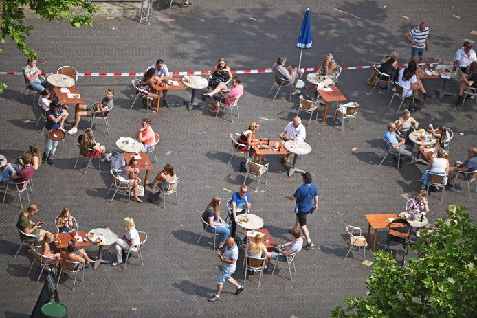 Vorig jaar op de Markt in Oosterhout, de terrassen op 1,5 meter afstand.