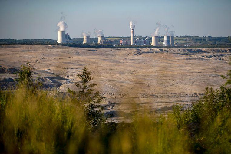 De bruinkoolmijn van Turów, met op de achtergrond een elektriciteitscentrale. Beeld EPA