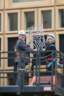 Toenmalig Deventer wethouder Robin Hartogh Heys en Loes ten Anscher plaatsen de eerste vingerafdruk op het Stadskantoor.