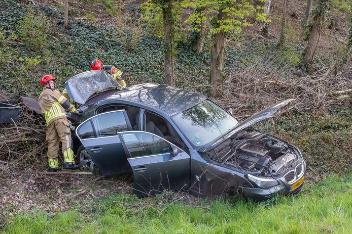 Auto over de kop geslagen bij Ringbaan Zuid in Tilburg.