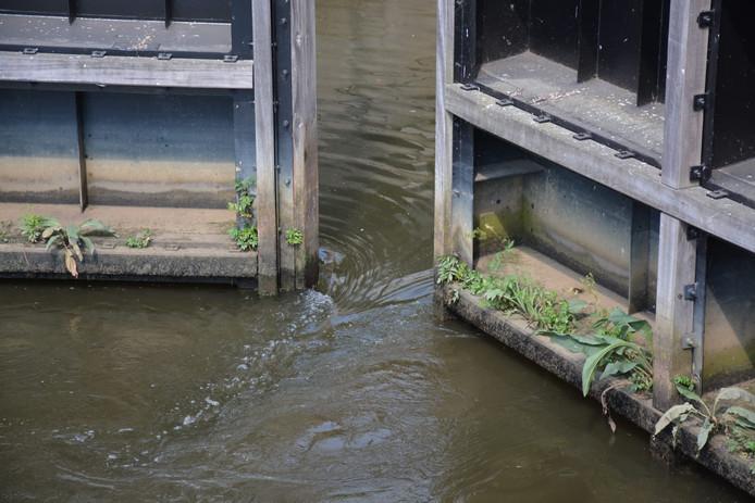 Waterschap Brabantse Delta heeft besloten de Marksluis te openen om het waterpeil op orde te houden.