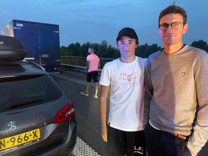 Brian Legein uit Deerlijk en zoon Fries stranden op weg naar het zuiden al na 6 kilometer in de file op de E17 in Harelbeke.