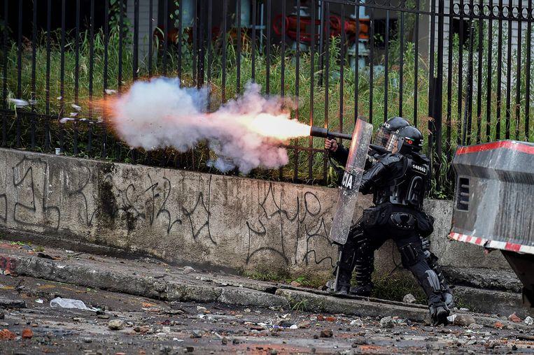 Politie vuurt traangas af in Cali. Beeld AFP