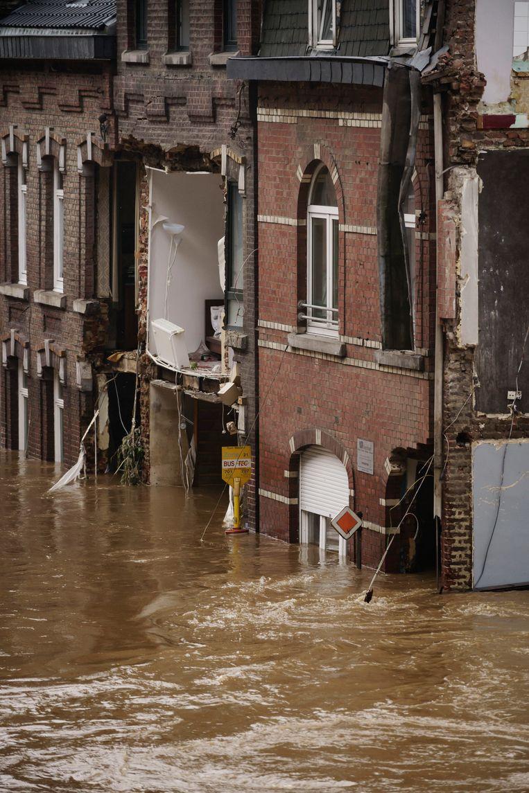 In deze straat in Pepinster stonden huizen die op enkele seconden tijd zijn ingestort. het water kwam vanmorgen tot aan het eerste verdiep.  Beeld Eric de Mildt