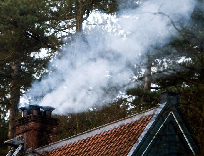 2008-01-07 00:00:00 OVERVEEN - Rook uit de schoorsteen van een huisje in het bos. ANP PHOTO XTRA KOEN SUYK