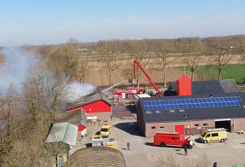 Een luchtfoto van de blusactie door de Beuningse brandweer bij de gemeentewerf aan de Van Heemstraweg.