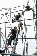 Festivalbouwers van Coreworks aan het werk op Paaspop.