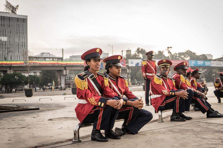 De leden van een militaire kapel pauzeren tijdens een bijeenkomst voor de Ethiopische strijdkrachten in de hoofdstad Addis Abeba. Het leger is in de provincie Tigray verwikkeld in een burgeroorlog.  Beeld Amanuel Sileshi, AFP