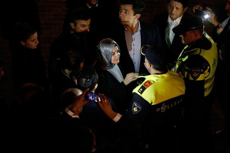 En hier nog de laatste foto van de aanhouding van de Turkse minister door onze fotograaf Freek van den Bergh. Beeld Freek van den Bergh / De Volkskrant