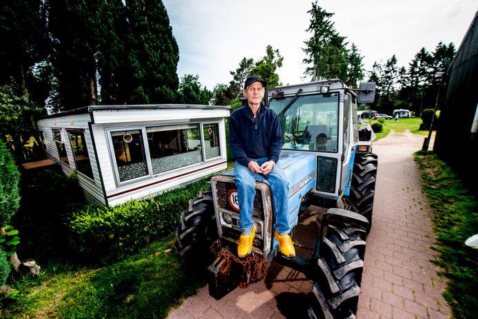 Boer Van Mossel moet wegens brandschade bij de geiser de stacaravan op zijn minicamping vervangen. De gemeente staat dat echter niet toe. De boer snapt daar niets van en zit in zak en as.
