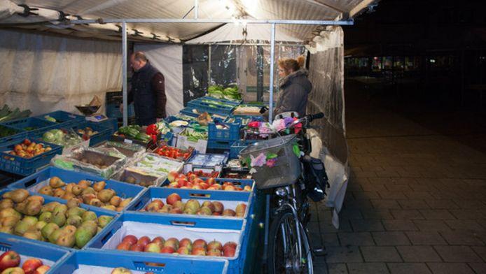De warenmarkt op de Plantage bij de Amsterdamsestraatweg in alle vroegte.