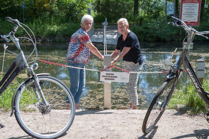 De trekpont is uit de vaart genomen vanwege vernieling. Op de foto Carla Schiphorst (l) en Agnes Schilderman (r) van Stichting Wandel- en Fietspaden Heeten en omstreken.