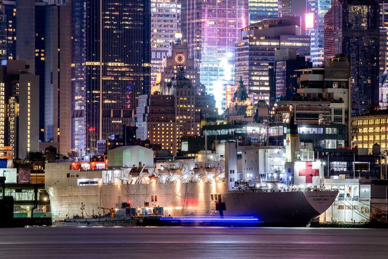 Hospitaalschip USNS Comfort, met twaalf operatiekamers en duizend bedden, ligt in de haven van New York. Beeld Getty Images