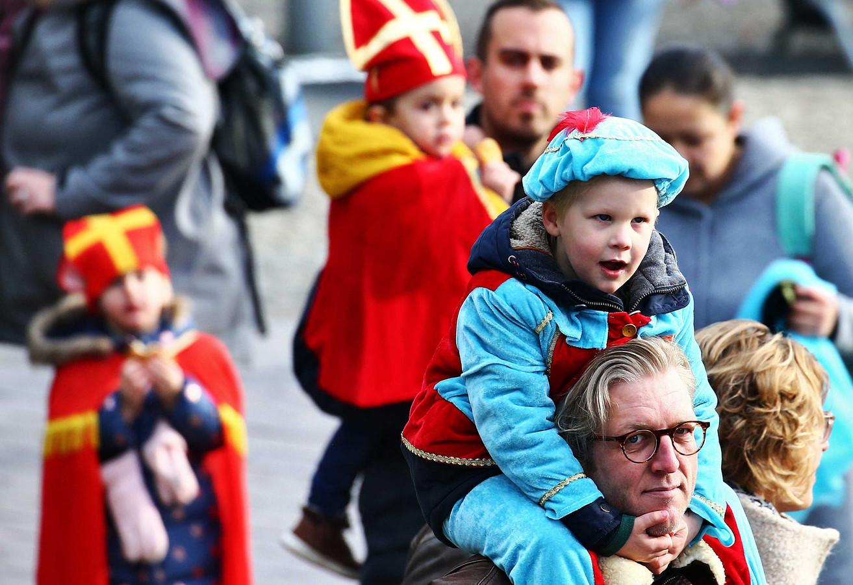 Op de nek van vaders hadden veel kinderen een goed zicht op de festiviteiten.