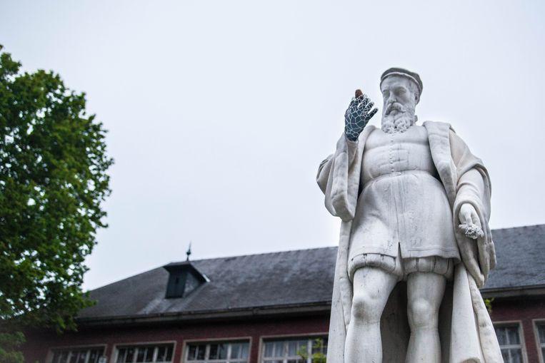 Het standbeeld van Rembert Dodoens met de 3D-geprinte hand Beeld Lilith Geeraerts