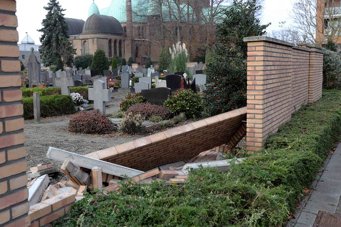 Een deel van de muur bij de begraafplaats aan het Sint Jansplein in Waalwijk is ingestort.
