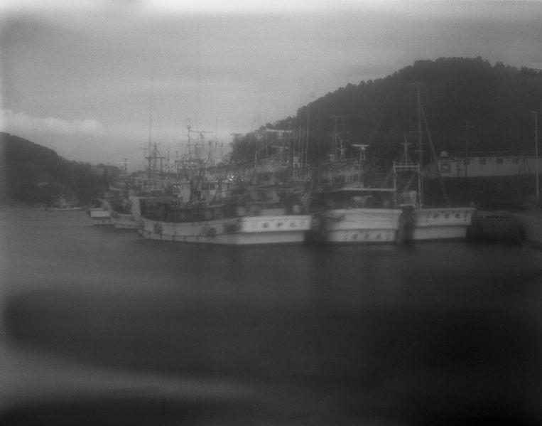 Schepen in de haven van Onagawa.  Beeld uit het boek The Restoration Will van Mayumi Suzuki