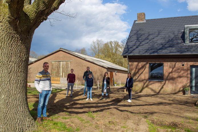 Vlnr Richard Wijnen, zoon Jos, Jorg en jongste zoon Thijs, dochter Iris en Sonja op de plek waar de nieuwbouw moet verrijzen.