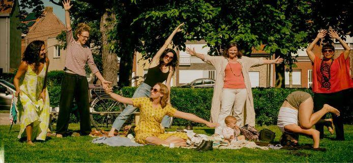 Hier zien we zeven van de veertien creatieve vrouwen met (vlnr) Mónica Villarroel Celsi, Nele Lycke, Heidi Baecke, Nathalie Deschacht, Marianne Verkest, Sabrina Miraillès en Martha Xucunostli Palma. Lisa Debeerst, ook deel van het collectief, ontbreekt op beide foto's