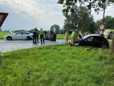 Auto slaat over de kop bij driedubbele botsing op N337 bij Olst: twee personen gewond
