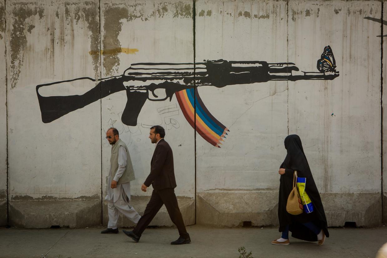 Mural van Omaid Sharifi en zijn team van ArtLords in Kaboel. Beeld Yan Boechat