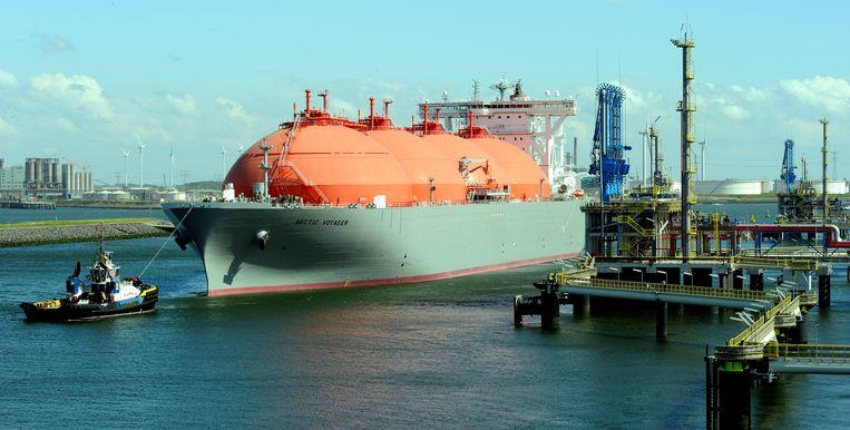 Het lng-schip Arctic Voyager, dat vloeibaar gas vervoert, komt aan bij de Gate-terminal in de Rotterdamse haven. De Gate-terminal heeft stikstofrechten over en wil die verhuren aan het CO2-opslagbedrijf Porthos. Beeld ANP XTRA