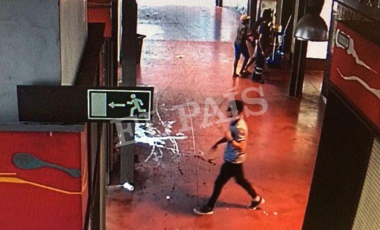 De Spaanse krant El País publiceerde gisteren nieuwe beelden van bewakingscamera's van direct na de aanslag. De persoon in beeld zou Abouyaacoub zijn, die ogenschijnlijk rustig door de markt La Boqueria loopt, naast de Rambla. Met een zonnebril op slaagt hij erin zich uit de voeten te maken. Beeld AP