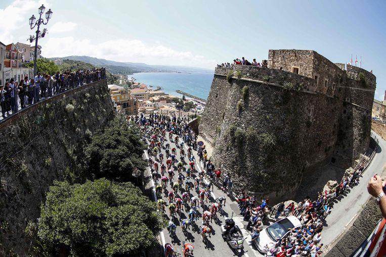 Het peloton verlaat Pizzo, de startplaats van de zevende Giro-rit. Diep in de finale, richting Praia a Mare, werden de renners plots opgeschrikt door enkele donkere tunnels. Beeld AFP