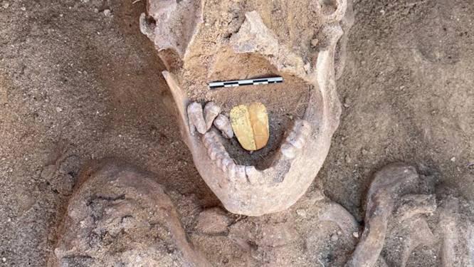 Archeologen vinden mummies met gouden tongen in Egypte