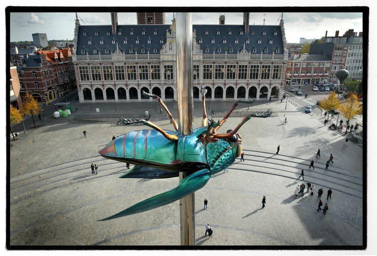 Op het Ladeuzeplein in Leuven staat ook het kenmerkende 'Totem'. Beeld Tim Dirven