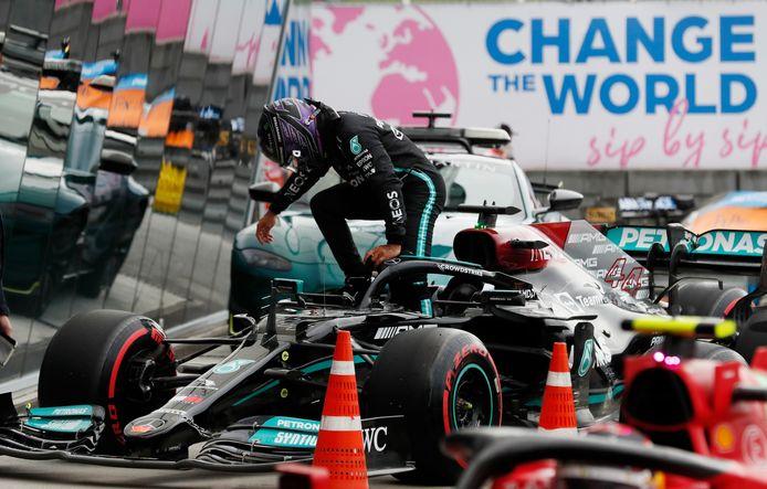 Lewis Hamilton stapt uit zijn auto.